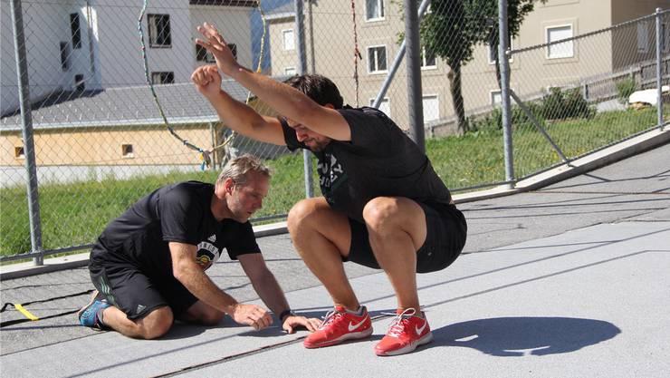 NHL-Stürmer Nino Niederreiter (r.) und Konditionstrainer Michael Bont beim Sommertraining auf dem Schulhausplatz in Lantsch/Lenz.Hansruedi Camenisch