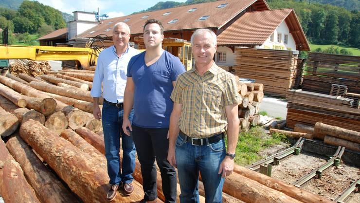 Bauen weiterhin auf Holz: Peter (l.) und Beat Roth (r.) sind die aktuellen Firmeninhaber in zweiter Generation, Raphael Roth steht für die nächste Generation bereit.