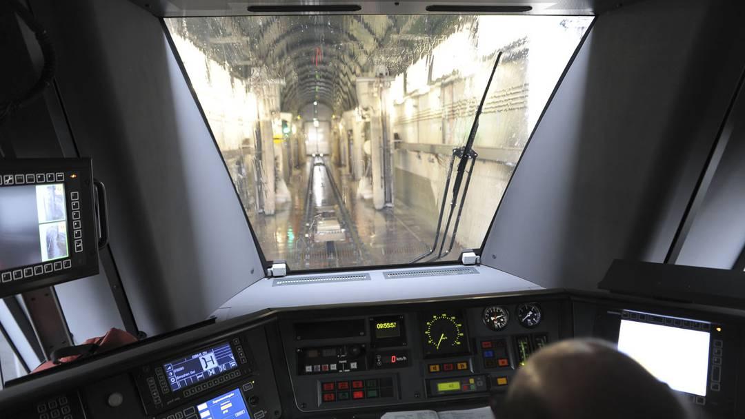 Projektleiter Christoph Spitz erklärt die renovierten Zugreinigungsanlagen der SBB.