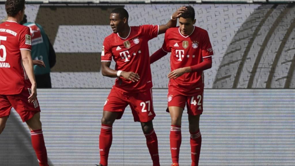 Jamal Musiala lässt sich von David Alaba zu seinem ersten Tor gegen Wolfsburg beglückwünschen