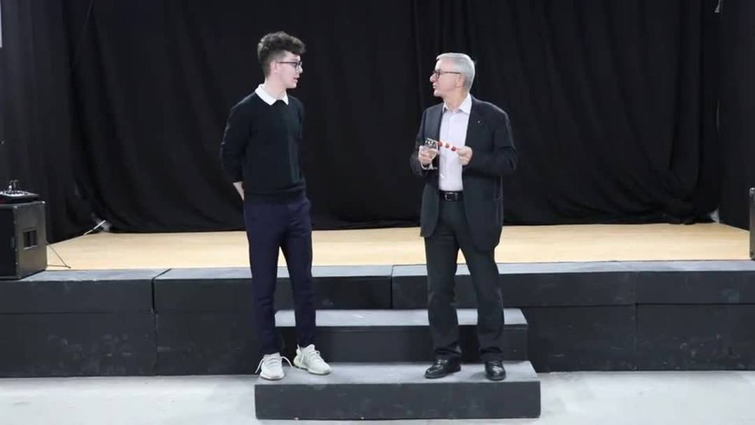 Der Reinacher Ammann Martin Heiz interviewt David Zimmerli, der einen Musik-Raum im Freizeithaus Onderwerch mietet.