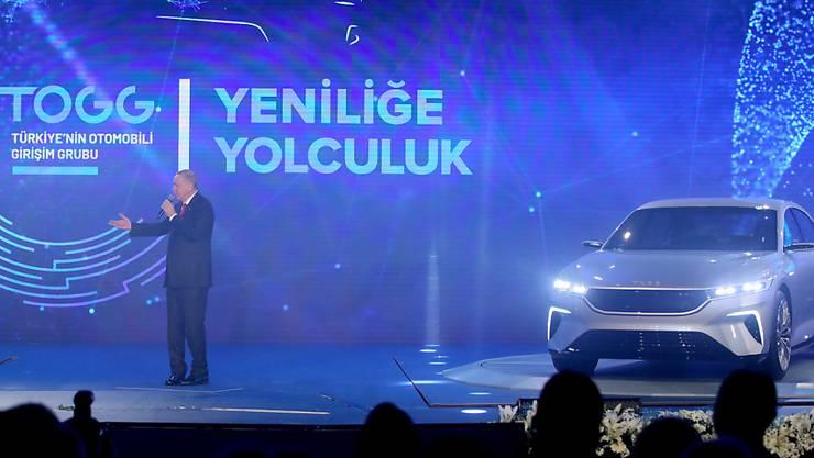 Der türkische Präsident Erdogan stellt den Prototyp für das türkische Elektroauto vor.