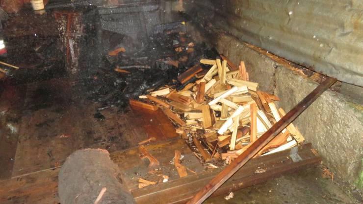 Unbekannte setzten einen Holzstapel in Gebenstorf in Brand.