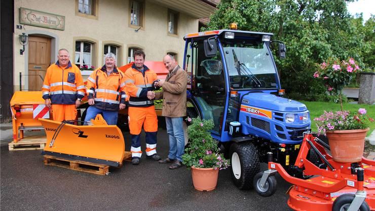 Gemeindeammann Markus Büttikofer (rechts) und das Birrer Bauamt-Team freuen sich über den kleinen Alleskönner.