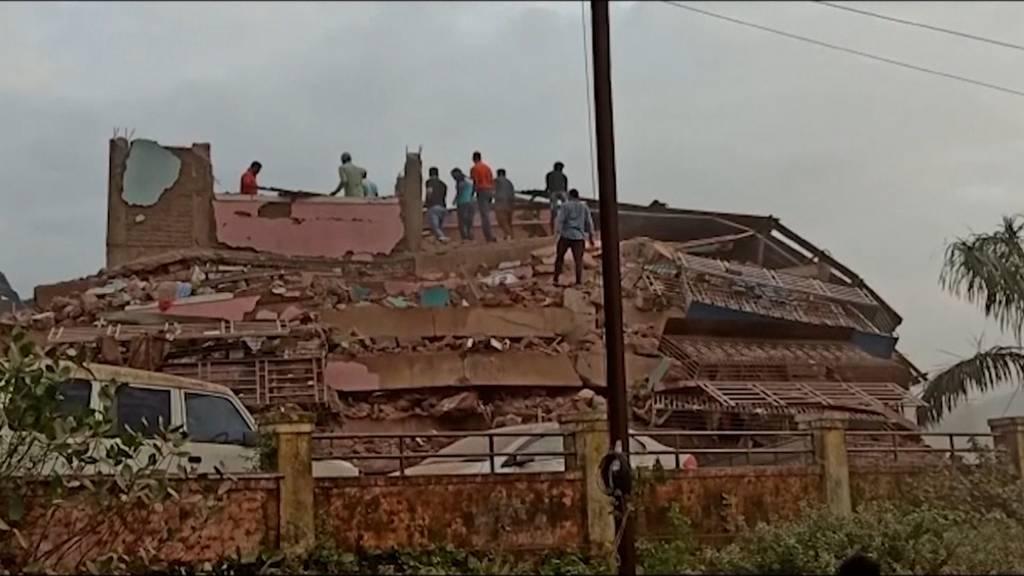 Indien: Gebäude stürzt ein - rund 60 Menschen in den Trümmern gefangen