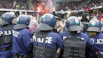 Berner Polizisten im Einsatz bei Ausschreitungen im Stade de Suisse anlässlich des Fussballspiels YB gegen Basel