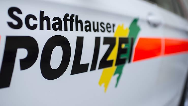 Bei der Manipulation an einer Dienstwaffe eines Polizisten der Schaffhauser Polizei löste sich ein Schuss. Zwei Personen wurden in Spitalpflege gebracht.