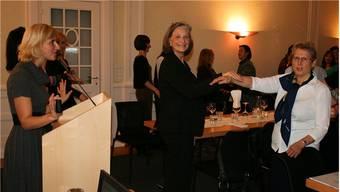 Willenskraft erläutert: Referentin Veronika Job mit Präsidentinnen Yvonne Birri und Rita Vuichard (v.l.) bei einem Experiment. pro