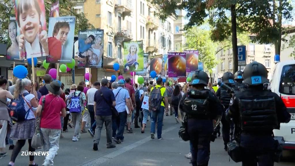 «Marsch fürs Läbe» eingezäunt und Gegen-Demo eingekesselt