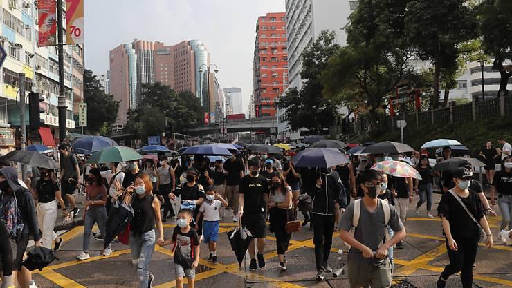 Bei neuen Protesten in Hongkong trugen viele Demonstranten trotz eines Vermummungsverbots Gesichtsmasken, um so ihre Identität zu schützen und gleichzeitig gegen das Verbot zu protestieren.