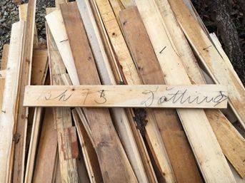 """Holzstück mit der Aufschrift """"13.3.73 Döttingen""""."""