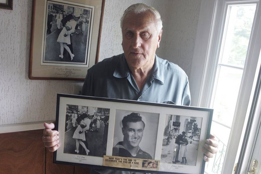 Das Bild zeigt George Mendonsa im Jahr 2009 bei sich zu Hause.