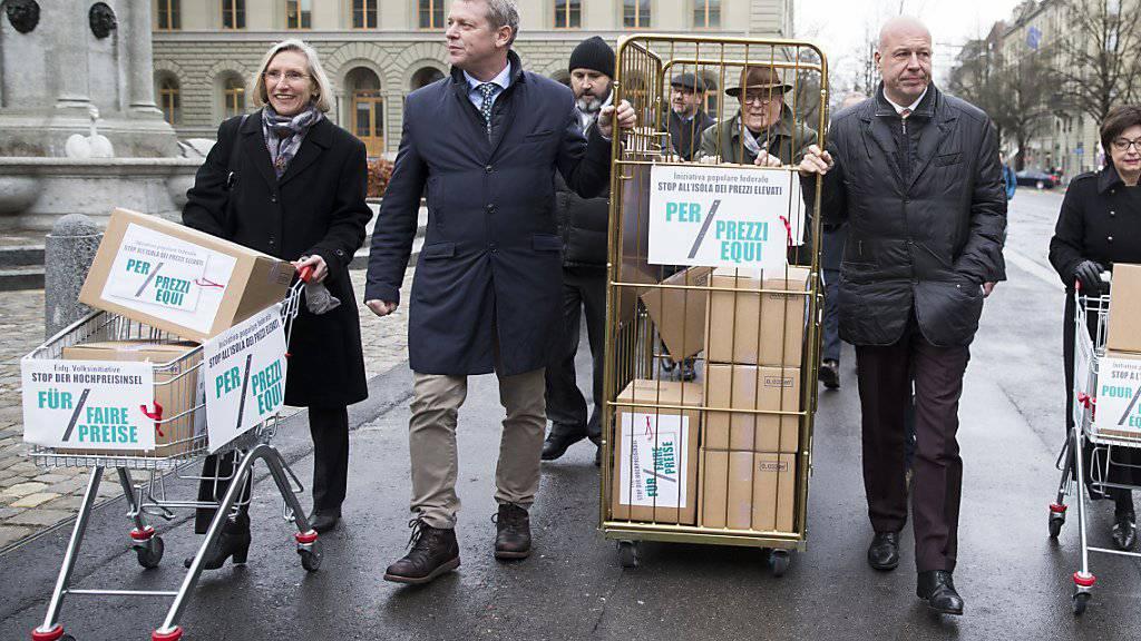 Kistenweise Unterschriften gegen die Hochpreisinsel Schweiz. Dem Bundesrat geht die Fair-Preis-Initiative jedoch zu weit. (Archivbild)