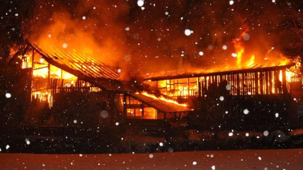 Nicht mehr bewohnbar: Das Gebäude brannte vollständig ab, Mensch und Tier kamen aber nicht zu Schaden.