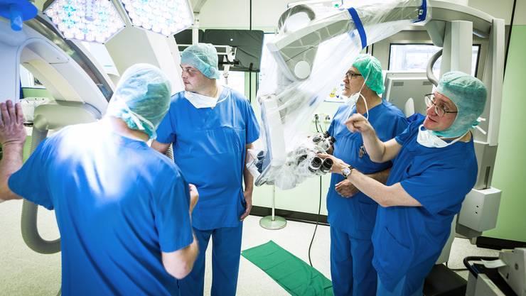 Die Löhne von Chefärzten in Spitälern sind ein gut gehütetes Geheimnis. Im Bild: Ärzte und ihr Patient im interdisziplinären Operationssaal des Kantonsspital Aarau im Juni 2016.