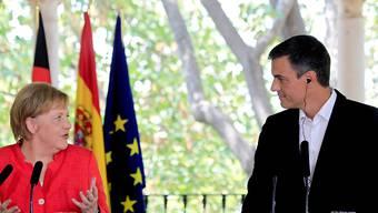 Der spanischen Ministerpräsident Pedro Sanchez und die deutsche Kanzlerin Angela Merkel bei einer Pressekonferenz im südspanischen Sanlúcar de Barrameda.