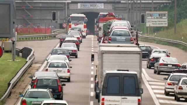 Verkehrsstau am Bareggtunnel (Symbolbild)
