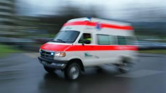 Die Frau musste ins Spital geliefert werden, der Unfallhergang ist derzeit noch unklar. (Symbolbild)