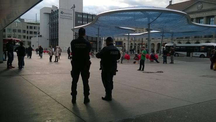 Kurz nach 18 Uhr vor dem Aarauer Bahnhof: Die Polizei ist präsent.
