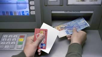 Im Dreiland möglichst kostengünstig Geld an einem Bankautomaten abzuheben, entwickelt sich zur hohen Kunst. (Archiv)
