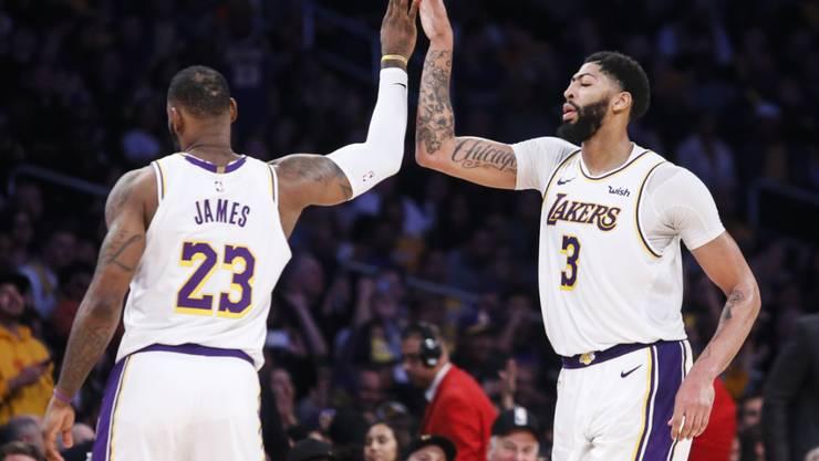 High Five zwischen den Topstars der Los Angeles Lakers: Anthony Davis (rechts) und LeBron James