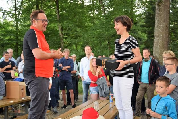 Tagwache um 6 Uhr auf dem Hexenplatz mit 11 Böllerschüssen für die 11 Bezirke: der letztjährige Jugendfestredner Alex Simmen überreicht ein Geschenk an die diesjährige Rednerin Andrea Rauber Saxer.