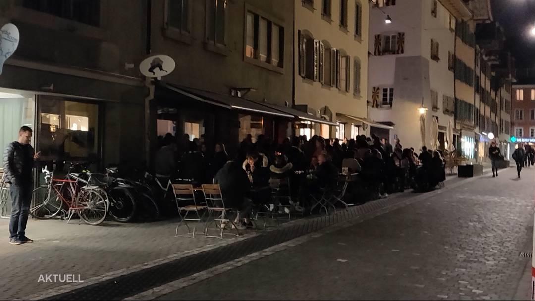 Sorgloses Partyvolk vor Aarauer Bars