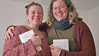 Andrea Hauser (l.) und Sarah Götti lesen gerne Bücher und ergriffen deshalb das Referendum.