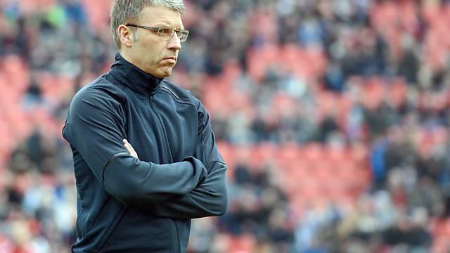 Ein nachdenklicher Peter Knäbel an der Seitenlinie des Hamburger SV