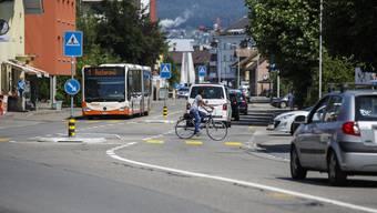Viele Verkehrsteilnehmer sind auf der Hauptstrasse in Derendingen unterwegs. Eine Neugestaltung soll das Tempo der Fahrzeuge reduzieren helfen.