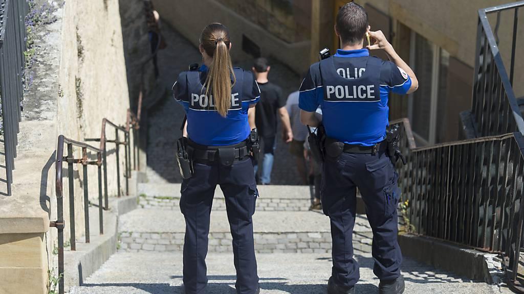 Eine Polizistin und ein Polizist sind in der Stadt Neuenburg bei einer Intervention in einem Geschäft von einem 36-jährigen Mann verletzt worden. (Archivbild)