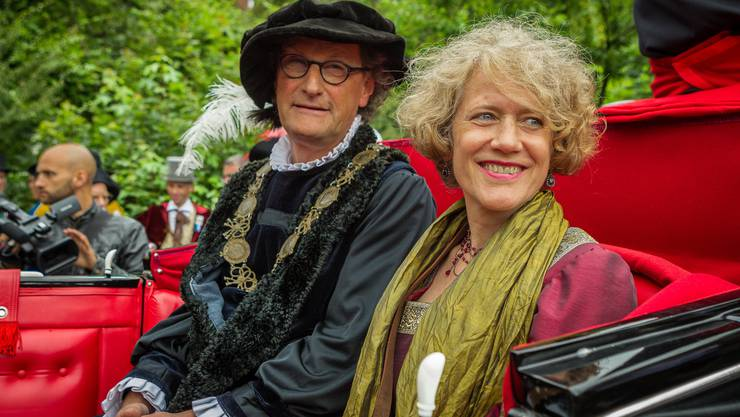 Alle zehn Jahre wiederholt eine Zürcher Delegation die Hirsebreifahrt von 1456, die auf dem Wasserweg ins Elsass führt. In Baden haben die Bootpassagiere, darunter Zürichs Stadtpräsidentin Corine Mauch, gestern einen Halt gemacht. Stadtammann Geri Müller empfing sie, wie es die Tradition verlangt, in historischem Kostüm. Per Kutsche wurden die Politiker vom Stauwehr Aue in die Stadt gefahren.