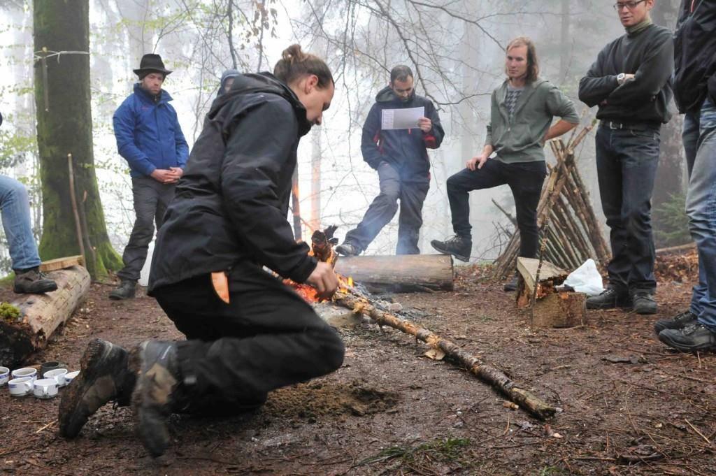 Reduziert auf das Wesentliche: Im Survival-Training wird selber Feuer gemacht. (© swiss-survival-training.com)