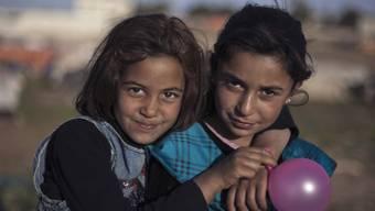 Zwei syrische Mädchen in einem Flüchtlingslager in Jordanien