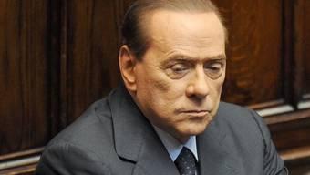 Hält sich an der Macht: Italiens Ministerpräsident Silvio Berlusconi (Archiv)