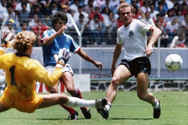 """Erst drei Jahre zuvor stieg das Team in die Serie A auf und gewann 1985 mit Hans-Peter Briegel - der """"Walz von der Pfalz"""" (Bild, rechts) - die erste und bisher einzige Scudetto des Vereins. Briegel wurde daraufhin in Deutschland als erster """"Fussballer des Jahres"""" ausserhalb der Bundesliga geehrt."""