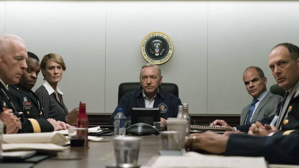 Spielte im Netflix-Hit «House Of Cards» den US-Präsidenten: Schauspieler Kevin Spacey (Mitte). (Szenenbild/Archiv)