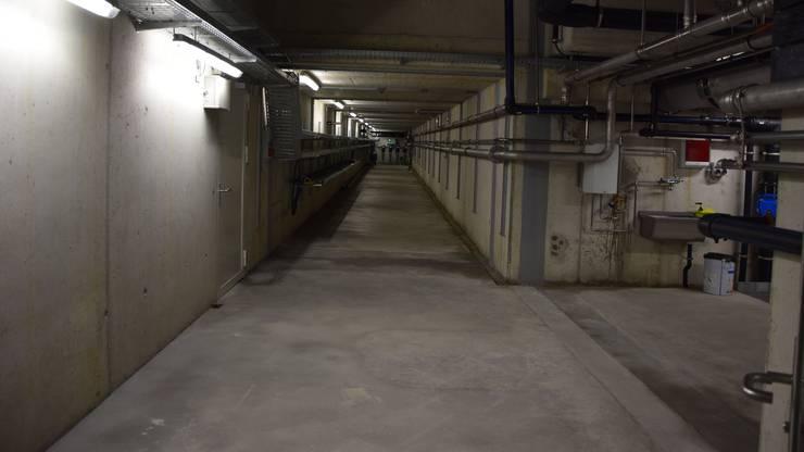 Eine Ara ist mehr als die sichtbaren Klärbecken: Unterirdisch verlaufen lange, breite Tunnels, in denen unter anderem Pumpen und viele Leitungen installiert sind.