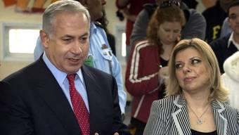 Das Ehepaar Netanjahu ist zeitgleich zu einer Korruptionsaffäre vernommen worden. (Archiv)