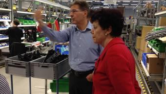 Thomas Fröhlicher, Chef der Schaerer AG, erklärt Volkswirtschaftsdirektorin Esther Gassler auf dem Rundgang die Fertigung der Kaffeevollautomaten im Werk in Zuchwil