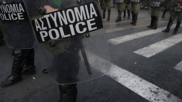 Griechische Polizisten bei einem Einsatz (Archiv)
