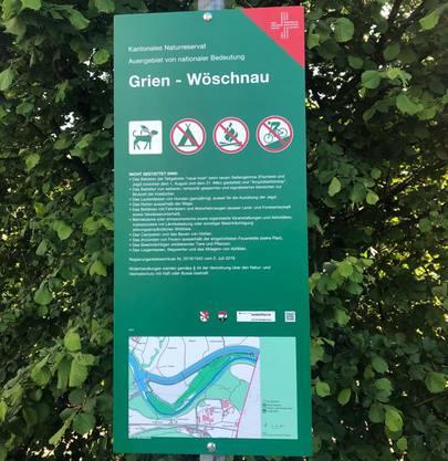 Naturreservat Grien: Mit diesen grünen Tafeln informiert der Kanton Solothurn die Aare-Besucher über das Betretverbot