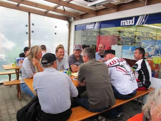 Viele Einwohnerinnen und Einwohner feierten mit dem Dorfladen.