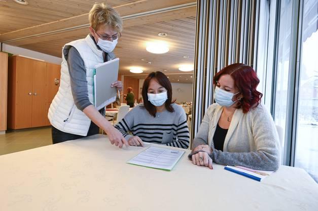 Leiterin Sonja Leuenberger bespricht mit den Pflegedienstleiterinnen Andrea Valli und Jessica Leins den Ablauf.