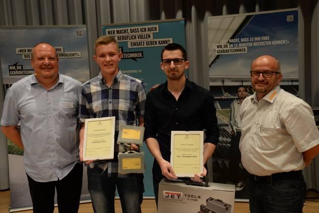Die beiden Spezialpreisträger für die besten Absolventen aller Haustechnikberufe Jonas Heutschi (2. v. l.) und Florian Gaugler, flankiert von Verbandspräsident Thomas Kläy (l.) und Fredy Kurth von Sponsor F.+H. Engel AG.