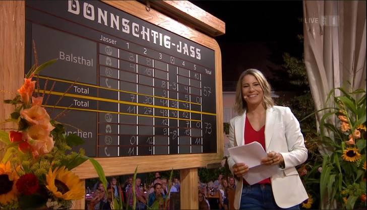 Schiedsrichterin Sonia Kälin verkündet den Sieger: Balsthal hat mit 57 Differenzpunkten gewonnen. Grenchen hat 73.