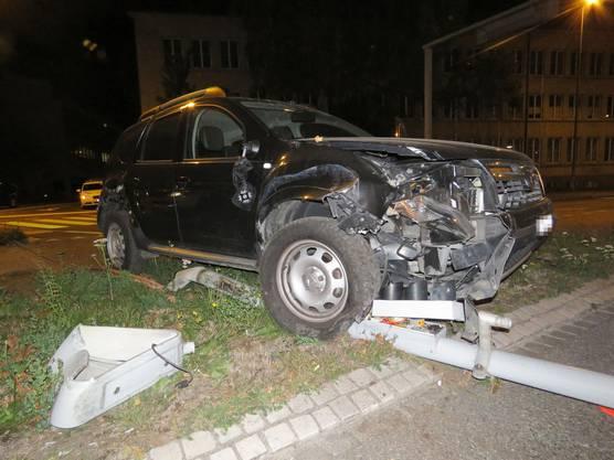 Ein Dacia-Fahrer (29) kollidierte abends, als er vom Bahnhof Aarau Richtung Kreuzplatz fuhr, mit einem Kandelaber. Der 29-Jährige hatte gemäss Atemlufttest zirka 2 Promille im Blut. Er wurde beim Unfall verletzt. Der Führerausweis wurde ihm abgenommen.