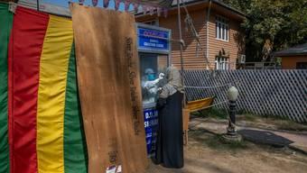 Das Coronavirus verschärft in Ländern wie Indien die Armut. Im Bild lässt sich eine Frau testen.