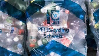 Fürs PET und anderes Entsorgungsmaterial sollen neue Container beschafft werden. (Symbolbild)