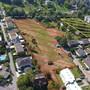 Es ist schon ein Bagger zu sehen: Die Areale «La Colline» (rot schraffiert), «Schwinbach Süd» (gelb) sowie weiss gestrichelt die Grenze Baselland-Solothurn. Das Naturschutzgebiet Schwinbach-Aue liegt zwischen den geplanten Überbauungen und der Kantonsgrenze.
